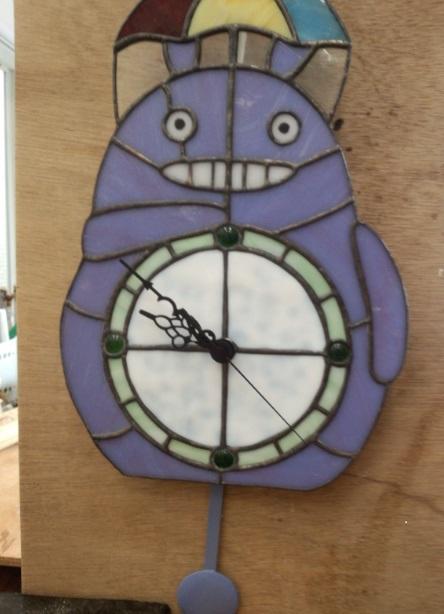 トトロの掛け時計をステンドグラスで作ってみました。振り子をつけて可愛く仕上げました。