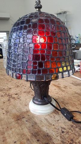 虹の色をイメージしたステンドグラスのランプです