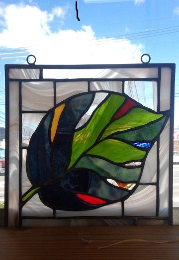 葉っぱをデザインしたステンドグラス
