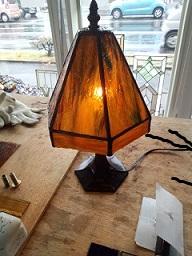 ステンドグラスのランプを眺めていると落ち着きます。制作は楽しい。